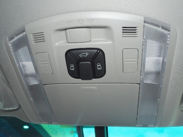 デュアルパワースライドドア(イージークローザー、挟み込み防止機能付 操作はスマートキー、室内コントロールスイッチ、ドアハンドル(アウトサイド・インサイド)で行えます。