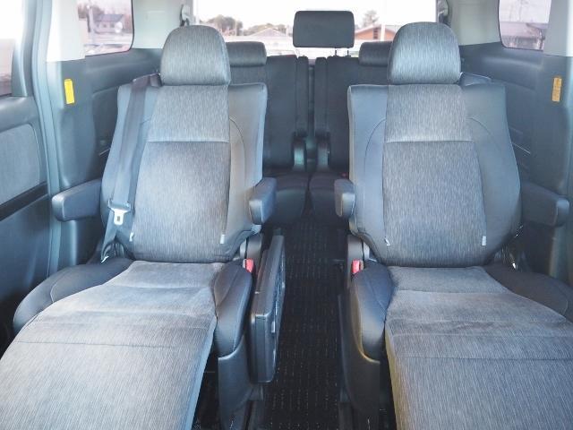 セカンドシートは横スライドしますので、ウォークスルーも可能です。