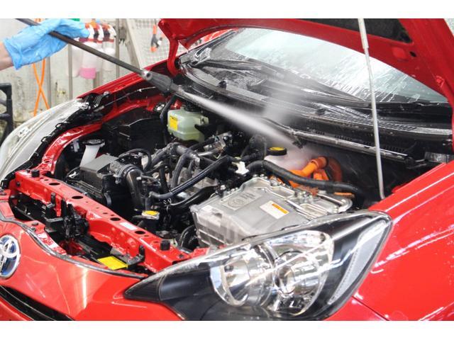 ボディ洗浄:エンジンルーム内も高圧スチームで汚れを除去します。