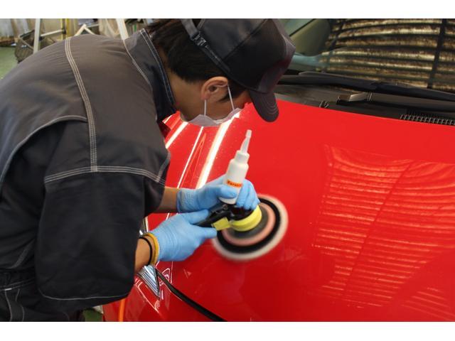ボディ磨き:コンパウンドを塗り、ポリッシャーで磨き上げます。