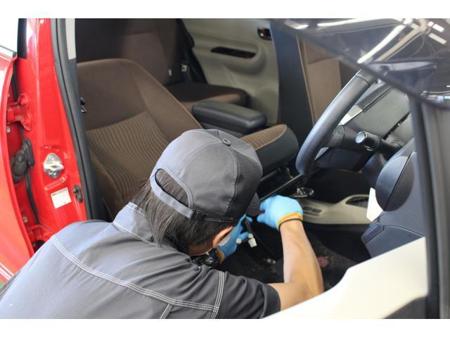 シート洗浄:シートを固定している取付ねじを外します。