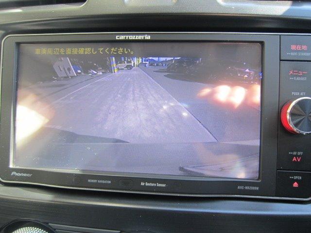 ★バックカメラ装備★「R」の位置にすると、自動的に後方の様子をカラー画像で表示。バックの際の安心感を高めます★