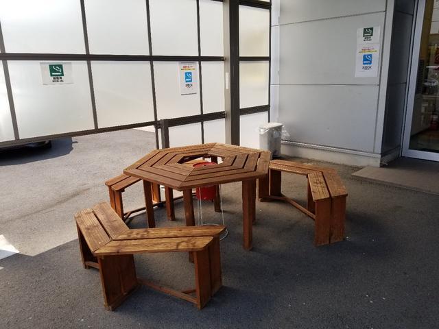 全天候型テラス席も用意してあります。外の空気を感じながら商談もできます!もちろん整備の待ち時間でもご利用ください!