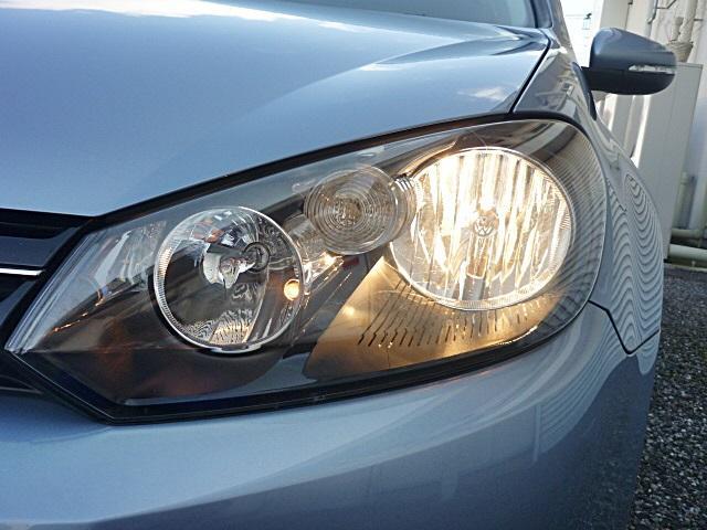 暗い夜道も前方を明るく照らして安全に運転できます。