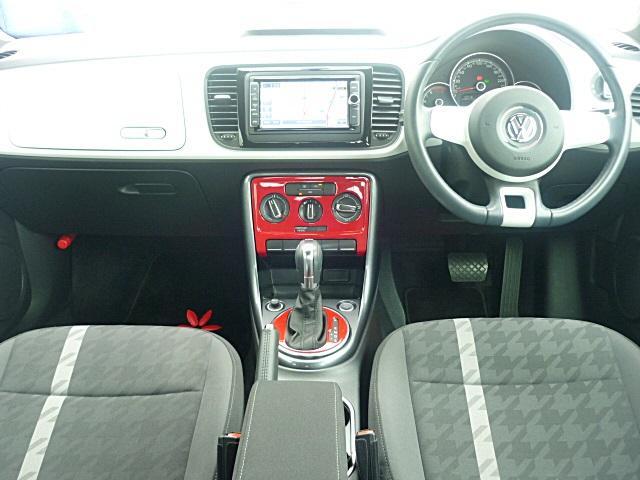ボディーカラーと同色の車内パネル、センターコントソールはアクセサリーで赤に変更して、2トーンでとってもおしゃれに作られています。