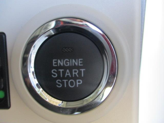 エンジンスタートボタンです。キーが車内にあれば、エンジンの始動・停止はブレーキを踏んでスイッチを押すだけ!キーを取り出す手間を省き、簡単でスムーズ♪