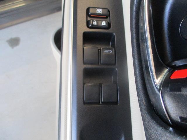 パワーウィンドウなので、窓の開閉は楽々♪ちょっと車の空気を入れ替えたい時も、運転席はワンタッチで窓を全開にできちゃいます★