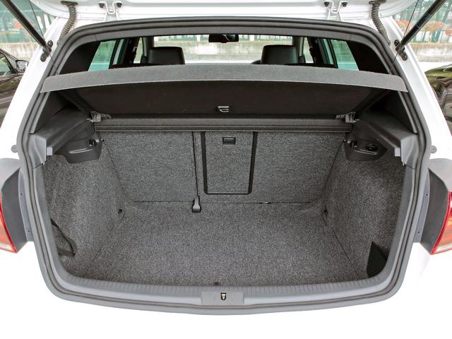 GTI アディダス 専用デザインシート、18インチホイール、LEDテールランプが特徴の国内350台特別仕様限定車です。(40枚目)