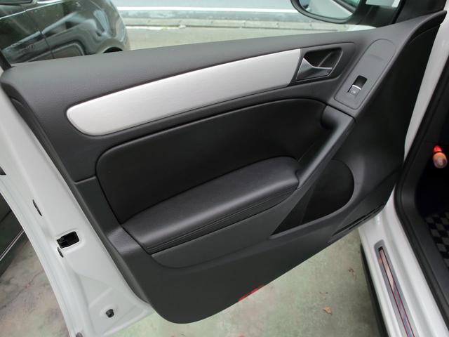 GTI アディダス 専用デザインシート、18インチホイール、LEDテールランプが特徴の国内350台特別仕様限定車です。(51枚目)