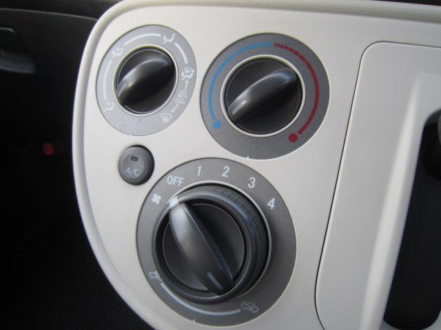 大きなダイヤルで操作性の良いマニュアルエアコン!暑い夏場も快適にドライブできます!