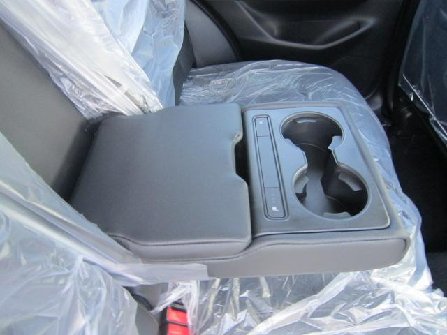 後席のアームレストには、後席用のシートヒーターも付いてます!しかもUSBジャックも付いて携帯の充電も出来ます!!