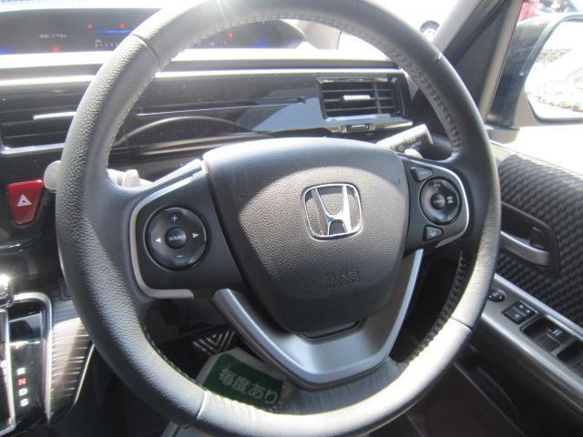 本革巻きでオーディオスイッチ&レーダークルーズコントロール付きのステアリングにパドルシフトまで付いて、これはもう本当に高級車です。
