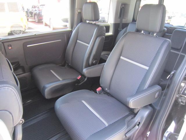 ★マルチセンターシート★フロントシートとセカンドシートの間を最大1.2mもスライドしウォークスルーや折り畳んでテーブルとして使うことが出来ます!