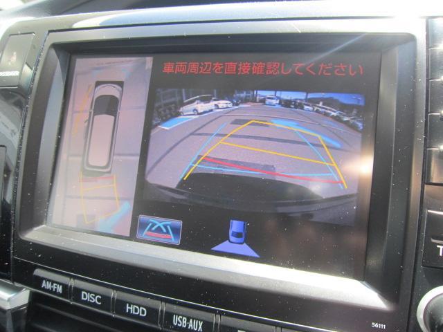 運転席からの目視だけでは確認しにくい車両周囲の状況を、シフト操作と連動し、真上から車両を見下ろしたような映像としてナビゲーション画面に表示し、ドライバーの安全確認を支援するパノラミックビューモニター