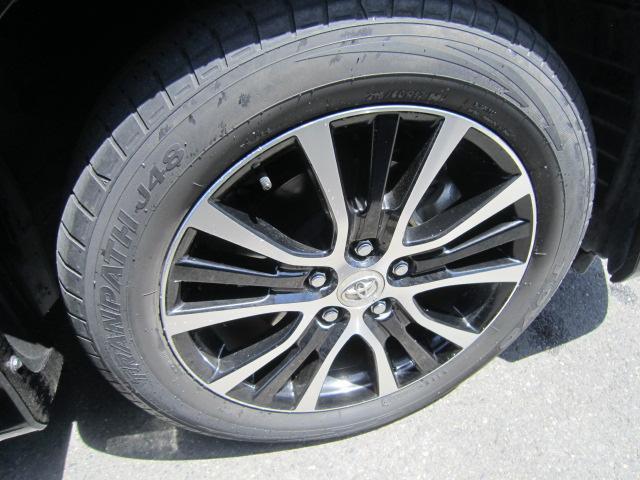 スタイリッシュな純正17インチアルミホイール!タイヤサイズは215/60R17です!