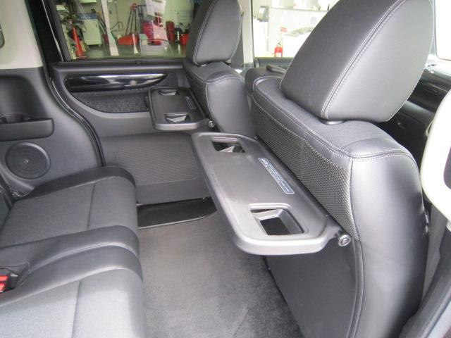 ★後席用パーソナブルテーブル★ドリンクホルダーが付いた折りたたみ式のテーブルです!運転席と助手席のシートバックに装着されています!