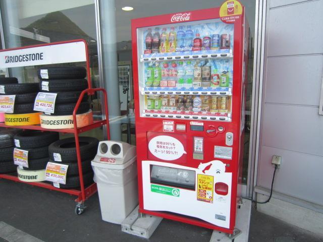 外には自動販売機も設置しております。