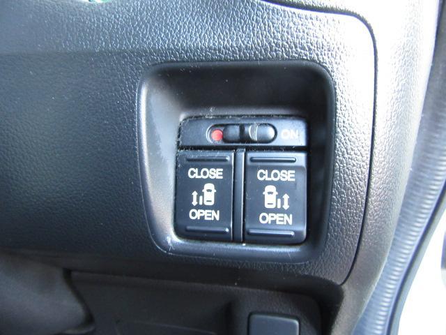 左側後ろのドアはボタン一つで開閉できるオートスライドドア機能付きです!