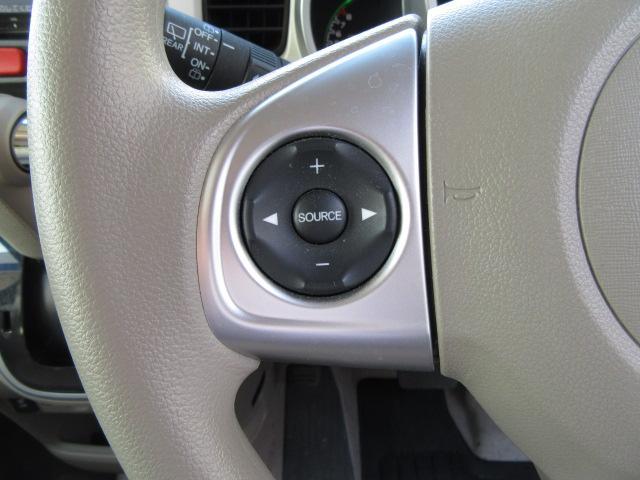 オーディオ操作が手元のスイッチで行えるステアリングスイッチも装備されております♪