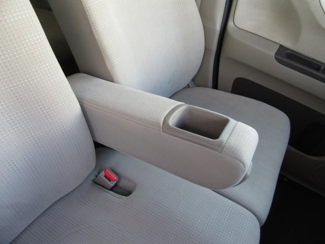 ロングドライブ時の疲労軽減に大きく貢献するアームレストもフロント席に装備!優しいアイテムですね!