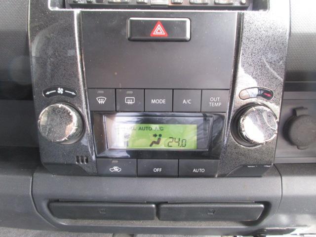 車内の空調はコレにお任せ!温度設定とスイッチ1つで年中設定温度に保ってくれる便利なオートエアコンも装備されています!