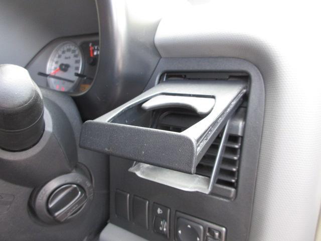 ドライブ時に欠かせないドリンクホルダーもエアコン吹出口付近にございます