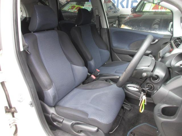 ドライバーそれぞれのドライブポジションが作れるシートリフター&チルトステアリングも装備されています!