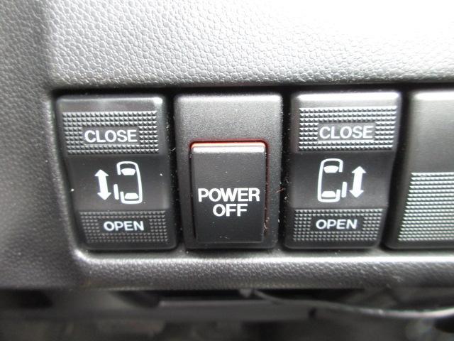 ミニバンだからこそ欲しいアイテム、電動ドアも両側に装備!運転席からも開閉操作が出来て便利なアイテムです!