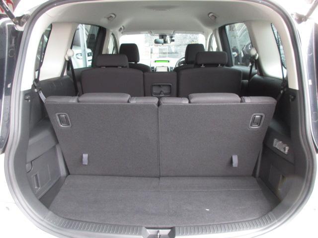 サードシート使用時でも十分な広さを確保した荷室空間!ショッピングもレジャーも大活躍します!!