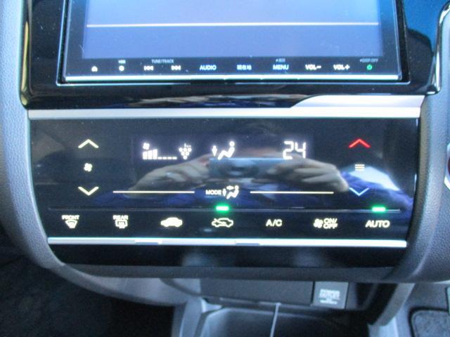 車内の空調はコレにお任せ!温度設定とスイッチ1つで年中設定温度に保つ便利なオートエアコンも装備!車内をクリーンに保つプラズマクラスター機能も搭載しています!