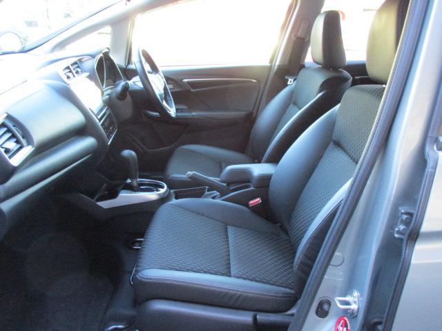 質感高い車内に演出するハーフレザーシートを採用しています!
