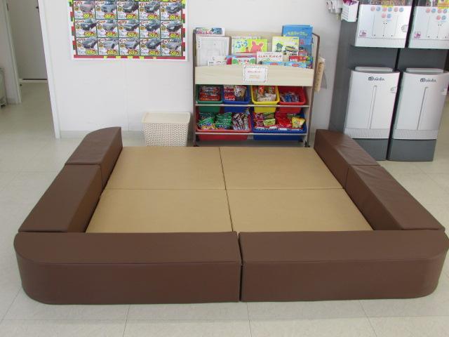 キッズコーナーもございますのでお子さまにはお絵かき・ぬりえ等で遊びながらおまちいただけます。