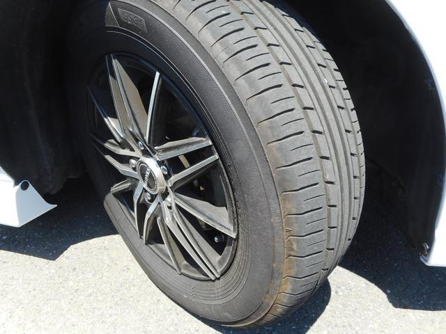 かっこいい15インチアルミホイール!タイヤの溝は7分山はあります!サイズは195/65-15です!タイヤのミゾも中古車選びのポイントですね!ツルツルだとすぐタイヤ代が何万もかかりますね!