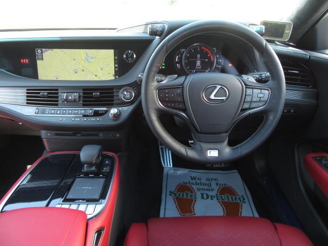 ドライバーを中心とした姿勢変化や視線移動の少ない操作系レイアウトにより、運転に集中できるコクピットを実現。下部は厚みがありシートとの一体感を感じるコンソールアームレストにより心地よい安心感を創出。