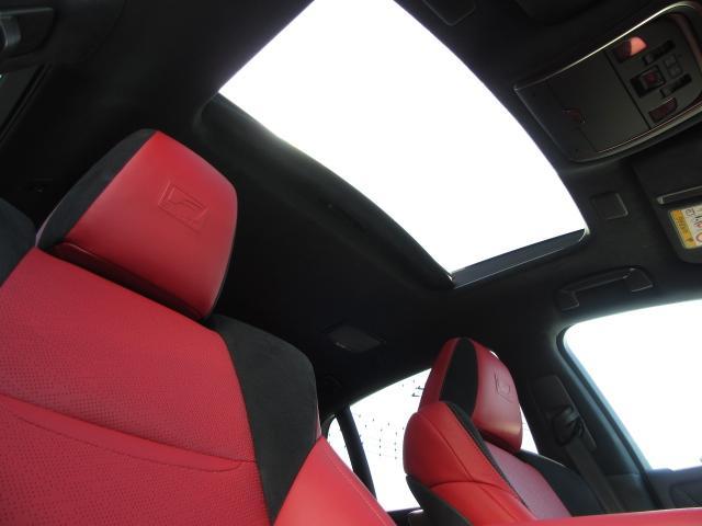 電動チルトアップ機能付スライディングガラスサンルーフは、太陽の光を燦燦と取り込み、雨天時でもチルト機能により雨が入らずに中の空気を外に放出が可能です。Fスポーツ専用ブラックルーフライニングも装備する。