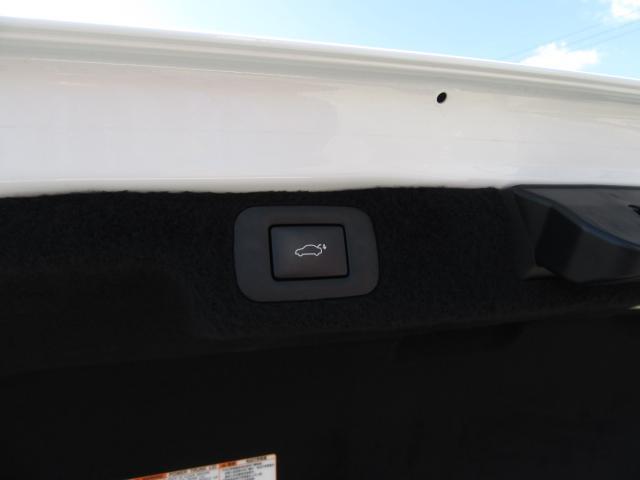 標準装備されるハンズフリーパワートランクリッド(キックセンサー付)は両手が荷物でふさがっていても、キーを携帯していれば、リヤバンパーの下に足を出し入れする事でトランクリッドの自動開閉が行えます。