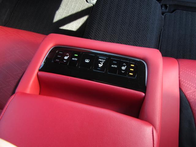 リヤアームレストにはリヤ電動ブラインドスイッチや助手席のシートと背もたれをワンタッチで一番前へ動かす機能も備える。更にはAUTO機能付き左右シートヒーターやUSBジャックも2つ装備されている。