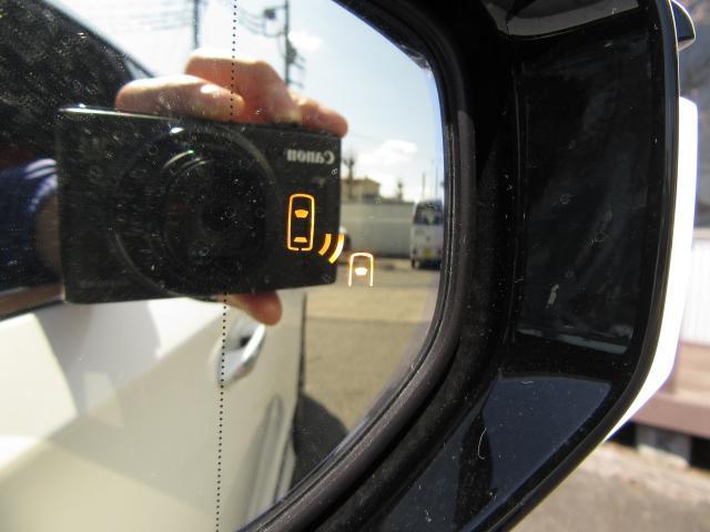 SMは走行中ドアミラーでは確認しにくい後側方エリアに存在する車両を検知し、ドアミラーのインジケーターが点灯。ウインカーを操作した状態で車両を検知するとインジケーターが点滅し、より注意を喚起します。