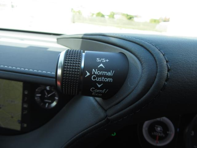 ハンドル左側のドライブモードセレクターを切り替える事で走行シーンや気分に合わせてSPORT S+からECOまで5段階、更には自由に組み合わせたCUSTOMモードでのドライビングを楽しむ事が来ます。