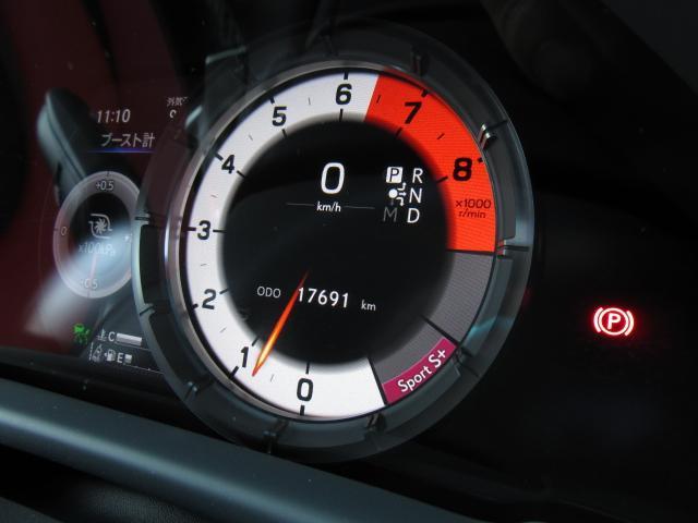 Fスポーツ専用可動式8インチTFT液晶メーター。視認性の高さと美しさを兼ね備えたモーショングラフィックスによる先進のインターフェイスは洗練された情報を提供しドライバーをインテリジェンスにサポートします