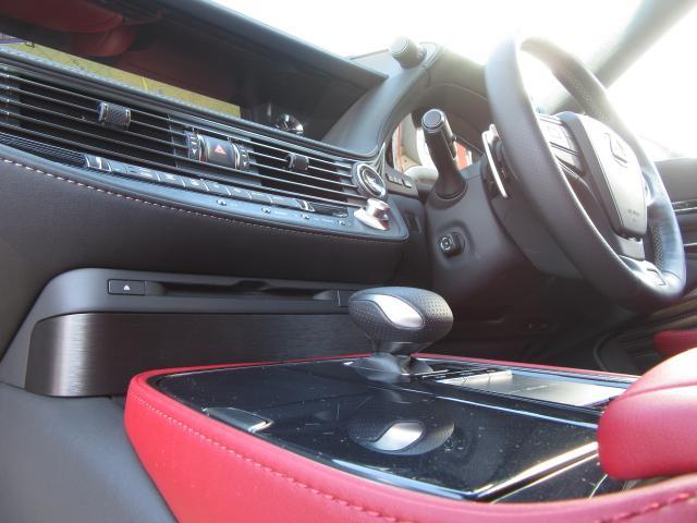 ITSコネクトを標準装備し、見通しの外の情報や信号などの情報を道路と車あるいは車同士が直接通信し、カラーHUDやマルチディスプレイに表示、ブザー音でドライバーに知らせ、安全運転を支援します。