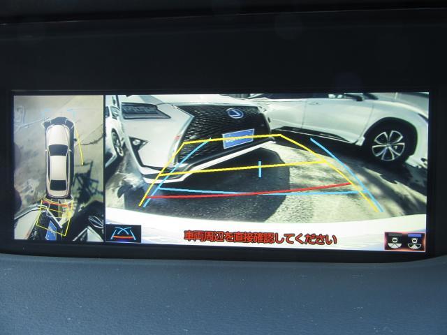 パノラミックビューモニターは車両の前後左右に搭載したカメラから取り込んだ映像を合成し、上から車両を見下ろした様な映像をナビ画面に表示。運転席から目視しにくい車両周辺の状況をリアルタイムで確認できます。