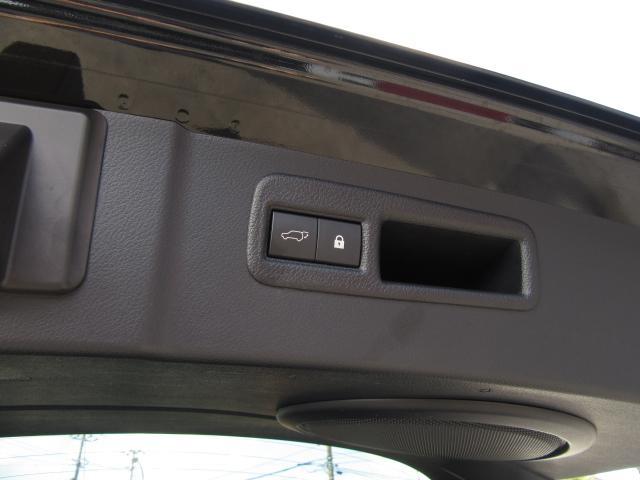 ハンズフリーパワーバックドア(挟み込み防止機能、停止位置メモリー機能付)は両手が荷物で塞がっていても、キーを携帯していれば、リヤバンパーの下に足を出し入れする事でバックドアの自動開閉が行えます。