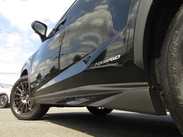 TRDサイドスカートは車高の高いSUVのボディ側面を流れる風を整流する事で、直進安定性を向上させます。フロント&リヤディフューザー&スポーツマフラーとの同時装備で、より高い効果を発揮します。