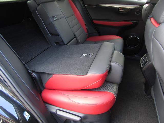 後席左右のレバーを操作する事で座った状態でリクライニング調整を行う事が出来ます。荷物の大数でスペースを拡大する際はレバー操作で後席シートバックの格納引き起こしが可能です。
