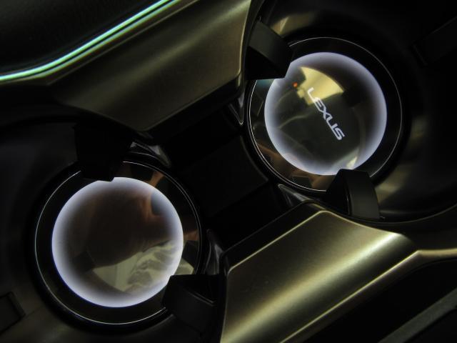 カップイルミネーションは消灯時は上質感あふれる鏡面仕上げのカップホルダー底部 がクリアランスランプ点灯と同時に面発光で光のアクセントをともし前方の1箇所にはLEXUSロゴがくっきりと浮かび上がります。
