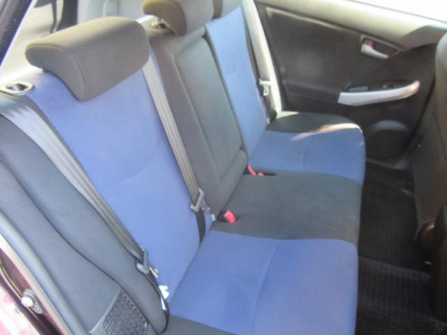 大人2人がゆっくり座れるリアシートは、長時間ドライブでもくつろげます。もちろんクリーニング済!