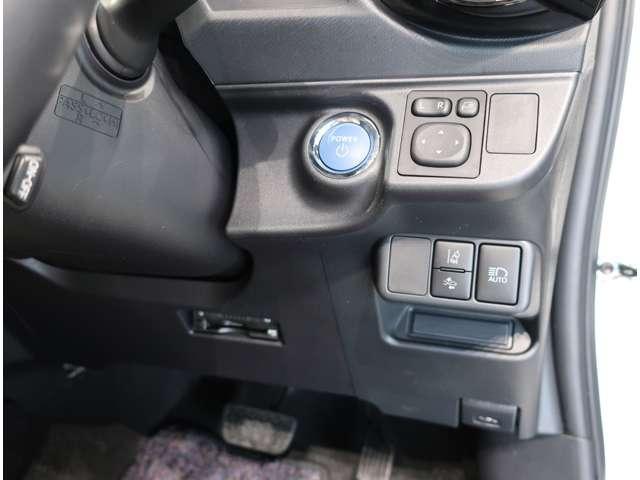 スマートキーを持って、ブレーキを踏んでボタンをポンッと押すだけでエンジンが作動します。