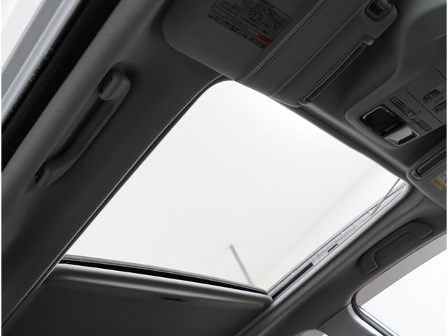 雨の日や風が強い時など、ルーフのカバーだけ開けてガラス部分は閉めたままでも外が眺められます!寒いけれども車内から夜空を眺めたい時に是非いかがですか?