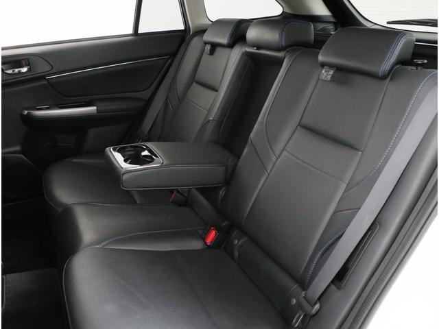 シートの中央部には大きなひじ掛けが付いています。ちょうど手のひらを置くあたりにドリンクホルダーが設置されているのでとても使い易いです。是非、ドライブに役立てて下さい。